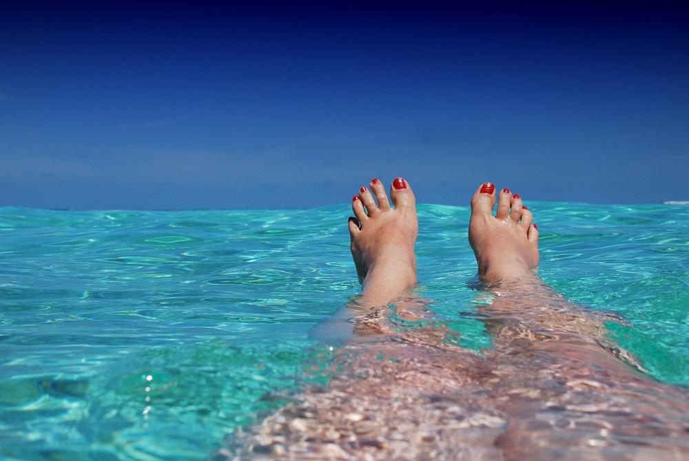 beach-blue-feet-37921